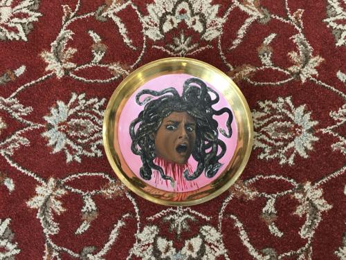 (Me)dusa – Artists' Portrait_2020_Acrylic paint on brass plate_D27cm